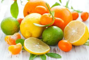Febbraio è la stagione ideale per gustare gli agrumi e in particolare le arance che, a sorpresa, sono anche delle ottime alleate del peso forma: l'80-90% della loro consistenza infatti è fornita dall'acqua, cui poi si aggiungono fruttosio, una buona percentuale di sali minerali e di vitamine (a cominciare dalla C, ma anche del gruppo B e P), molti acidi organici (tra i quali l'acido citrico) e fibre.  I nutrizionisti concordano nel sottolineare come le arance siano un'ottima fonte di antiossidanti, che oltre a essere in grado di contrastare l'invecchiamento cellulare causato dai radicali liberi, contribuiscono a rendere più forte il sistema immunitario e più attivo il metabolismo.   Mettile nell'insalata: sono diuretiche Oltre a mangiarle al naturale o in macedonia, le arance sono ottime per essere abbinate agli ortaggi nella preparazione di insalate. Le arance rosse sono le più interessanti per chi vuole dimagrire, grazie soprattutto all'azione antiossidante della cianidina 3, un antiossidante che abbonda in questo frutto (50 mg per 100 grammi circa). Le arance rosse contengono calcio, fosforo, potassio, ferro, selenio e diverse vitamine fra cui, oltre alla già citata C, la A, la B1 e la B2. E poi le arance rosse sono un'ottima fonte di acido citrico che, una volta nell'organismo, abbassa il pH, cioè l'acidità, migliora i processi digestivi, riduce la glicemia e aiuta a conservare attivo il metabolismo.